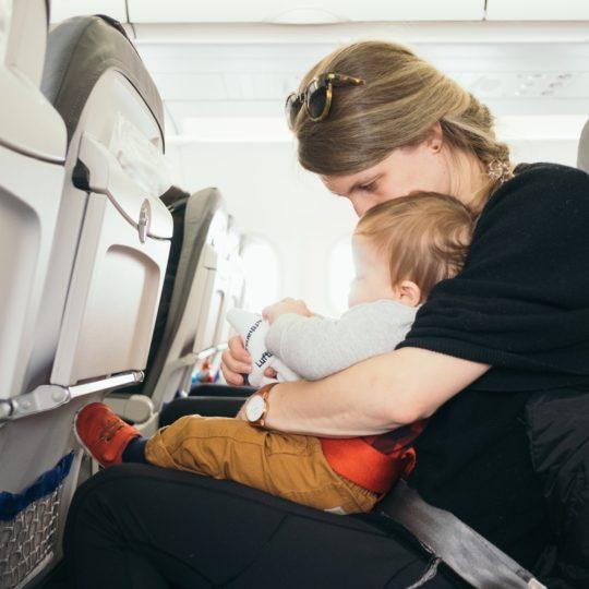 Prvi let avionom – kako pripremiti i sebe i bebu?